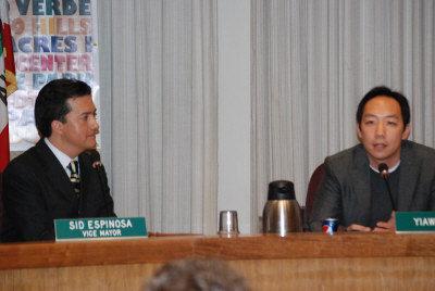 叶亚威(右)当选巴洛阿图新任副市长后发言感谢同事支持,图左为巴洛阿图新市长艾史宾诺莎。(美国《世界日报》/王金城摄影)