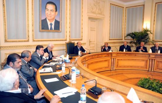 图为会议现场照片,右五为埃及副总统苏莱曼。新华社发
