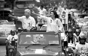 7月2日,曼谷,为泰党候选人英拉・西那瓦(右)进行最后的竞选拉票。