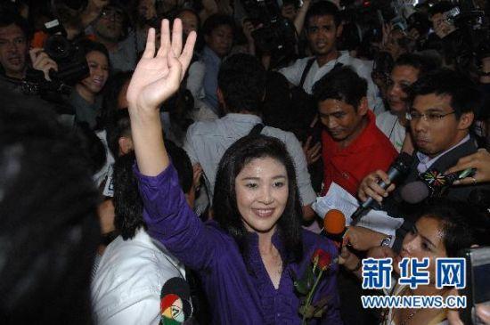 7月3日,在泰国首都曼谷,泰国为泰党总理竞选人英拉・西那瓦向民众致意。新华社发(拉亨摄)