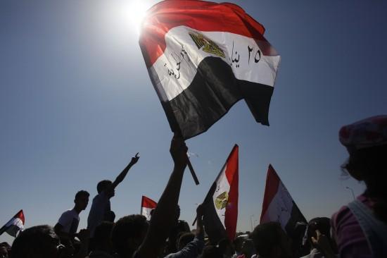 8月3日,埃及前总统穆巴拉克的反对者在开罗警察学院外集会。