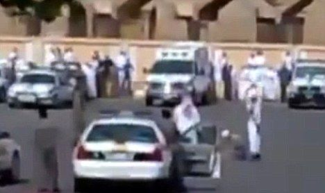 视频截图:沙特一苏丹男子在停车场被揭破斩首
