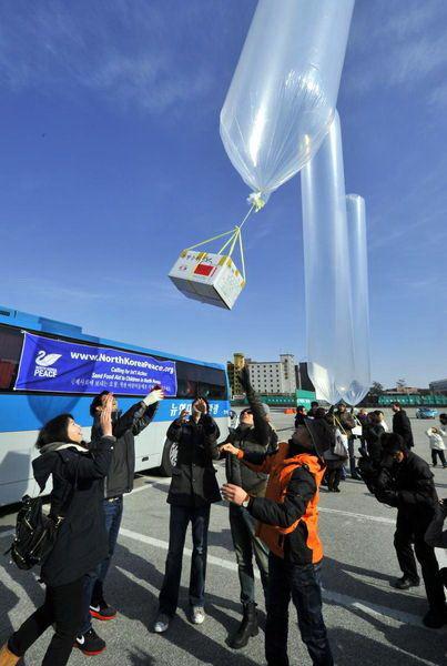 韩国和平人士用气球向朝鲜送暖袜