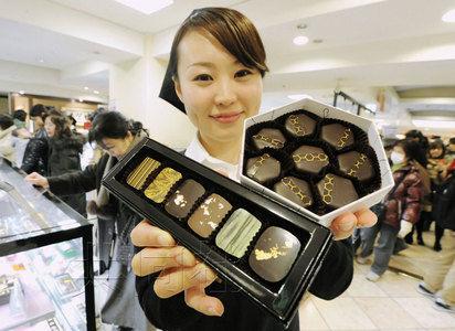 """2月9日,东日本大地震灾区仙台市的老牌百货店""""藤崎""""总店推出了宫城县当地美酒口味的巧克力和加入当地蜂蜜的巧克力。(共同社)"""