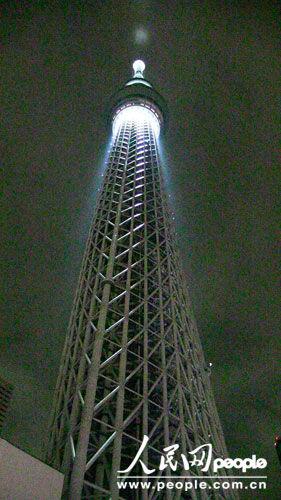 世界第一高塔点灯纪念日本大地震一周年(组图