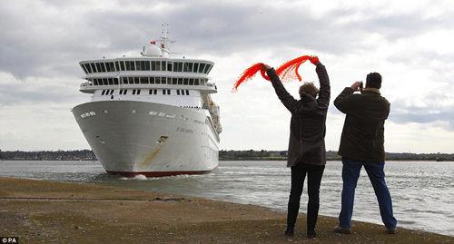 """超级客轮""""巴尔莫勒尔""""号从英国南安普顿启程,将重现泰坦尼克号当年的旅程。"""