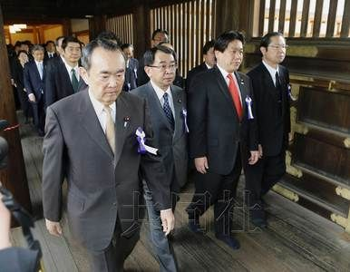"""4月20日早晨,由日本跨党派议员组成的""""大家一起参拜靖国神社国会议员会""""成员参拜了位于东京九段北的靖国神社。(共同社)"""
