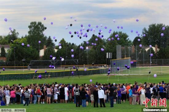 当地时间7月20日,美国科罗拉多州奥罗拉市,民众放飞气球悼念一名在影院枪击案中的遇难者。中新社发 吴庆才 摄