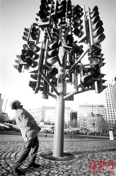 英国伦敦的红绿灯雕塑,一根杆子上装满了面朝四面八方的红绿灯,让人摸不着头脑