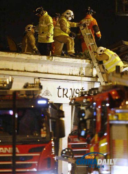 警方和急救人员正在现场展开救援。(图片来源:路透社)