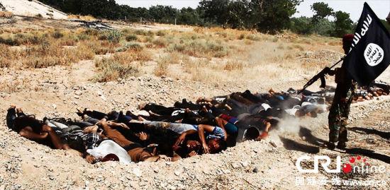 """当地时间2014年6月14日,伊拉克萨拉赫丁,伊拉克极端武装""""伊拉克和黎凡特伊斯兰国""""武装人员处决大量俘虏的伊拉克安全部队士兵。 图片来源:CFP"""