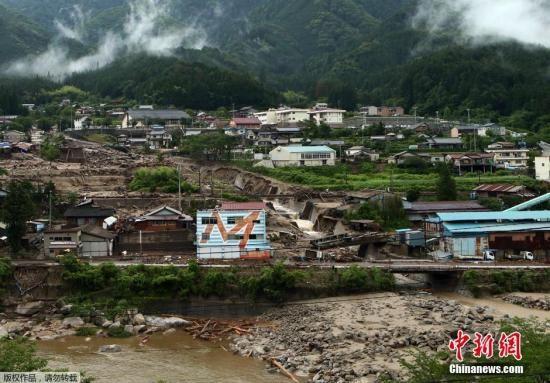 当地时间2014年7月10日,台风浣熊导致日本长野县下属南木曾町发生泥石流,混合着碎石的泥浆涌到街上, 导致一名12岁男孩死亡。 截至目前,台风浣熊易导致三人死亡。