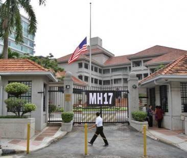 配合马来西亚政府宣布的全国追悼日,坐落吉隆坡市中心的美国大使馆降半旗向马航MH17客机罹难者致哀。
