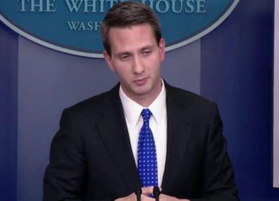 美国白宫例行记者会,发言人艾瑞克·舒尔茨回答记者提问(视频截图)