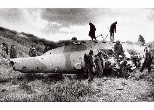 1988年5月14日,阿富汗穆斯林游击队在被击落的苏制米格17战机残骸上。