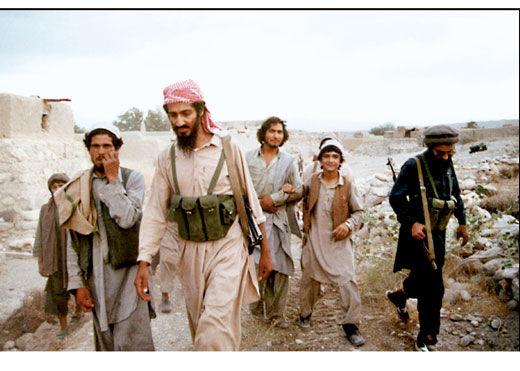 2001年9月19日,本・拉登与基地组织成员在一起。