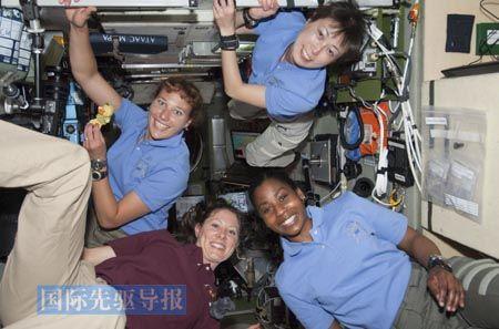2010年4月7日,4名女宇航员在国际空间站上合影。这4名女宇航员分别是来自美国的多萝西・梅特卡夫-林登伯格(左上)、斯蒂芬妮・威尔逊(右下)、特蕾西・考德威尔,还有来自日本的山崎直子(右上)。 新华/路透