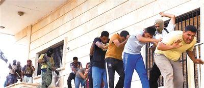 """伊拉克反政府武装""""伊拉克和黎凡特伊斯兰国""""网上发布的一张照片显示,一队伊拉克政府军士兵成为俘虏。"""