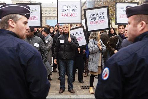 """1999 年,"""" 科学神教""""成员举行游行示威,反对法国政府判决该教几名教徒诈骗罪。"""