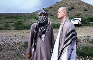 2014年5月31日,塔利班和美军交换伯格达尔(右)。