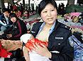 警察妈妈爱心哺乳灾区婴儿
