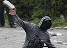 示威者向警察投掷石块