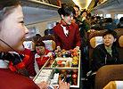 乘务员正在为旅客服务