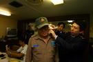 宁波工作人员为海员测体温