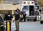 救援人员准备运送在枪击案中遇害的学生