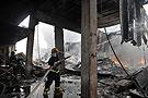 消防人员在控制火势
