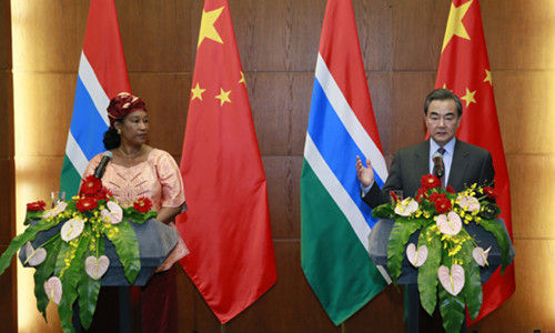 2016年3月17日,外交部长王毅在北京与来访的冈比亚外长盖伊共同会见记者