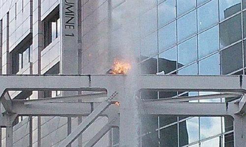 """6月29日下午2点10分左右,在日本东京都JR新宿车站南口的天桥上,一名用扩音器高呼""""反对集体自卫权""""等口号的60岁左右的男子自焚。"""