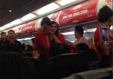 一对中国男女在泰国航班上大闹飞机。