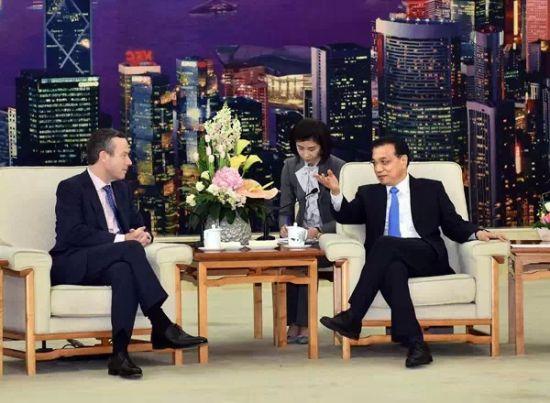 3月31日,国务院总理李克强在北京人民大会堂会见英国《金融时报》总编巴伯。新华社记者李涛摄