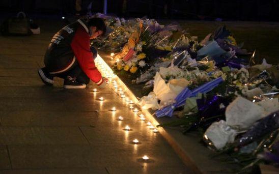 在踩踏事故发生地,市民摆满鲜花祭奠。
