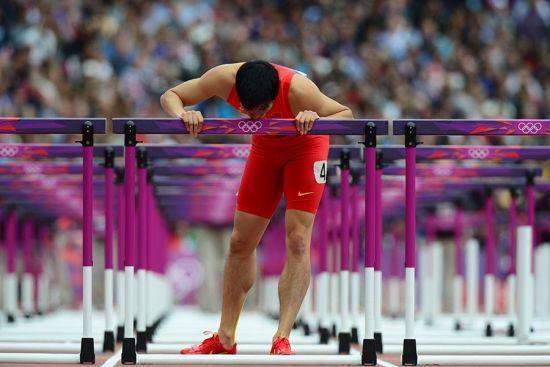 刘翔在雅典奥运会上亲吻跨栏