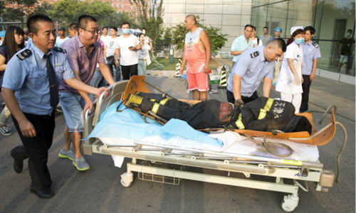 一位负伤消防员被送医