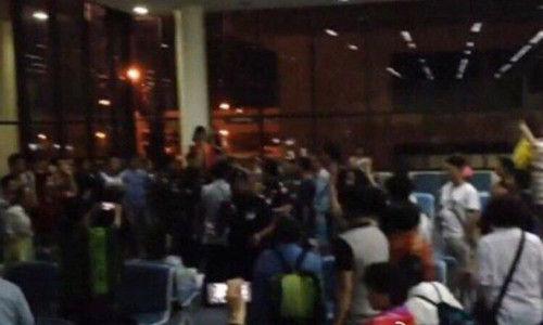 中国人在曼谷机场唱国歌维权引发争议