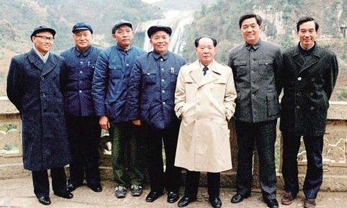 1986年2月,胡耀邦到贵州考察,与时任贵州省委书记胡锦涛(右二)、中办副主任温家宝(右一)等合影