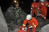 救援人员用探测仪搜寻生还者