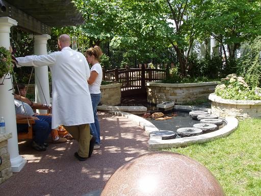 一位医生轻松地和病人谈话 (花园的地面用特殊材料铺设,是有弹性的,小病人万一摔倒,没事儿!)