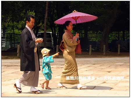 一身传统服装的日本人