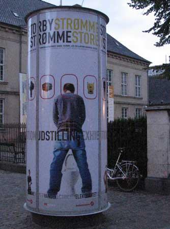 在欧洲的大街上经常能见到就地方便的人,尤其是晚上