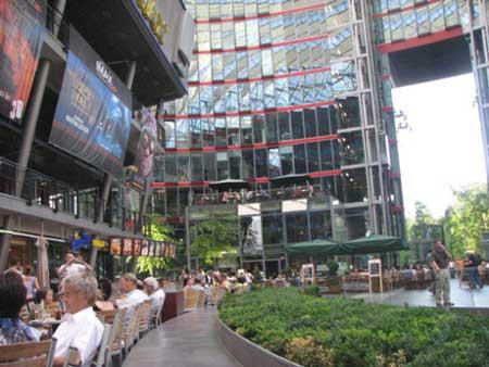 柏林的SONY中心,其在柏林的地位相当于北京的国贸,但即便是这样的地方消费的价格也并不太贵.