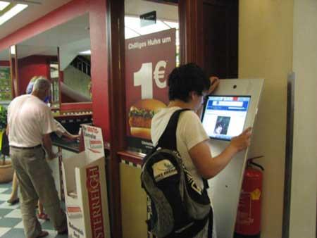 全欧洲的麦当劳正在开展一欧元的活动,一个汉堡包一欧元.