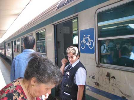 其实不仅设置专用道,就连欧洲的火车也都设置了自行车车厢。