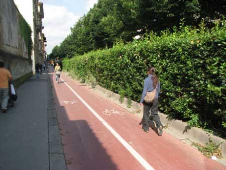 佛罗伦萨,过窄的马路只能留给自行车了-尽管早已经进入了汽车时代,但在欧洲的许多地方依然专门设置了自行车专用道。