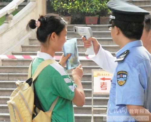 广州执信中学考区,抽测考生体温