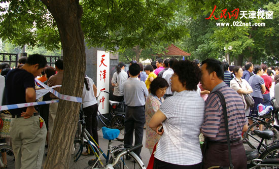 09高考第一天 天津一中考点(摄影:岳夏)