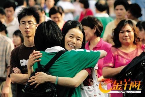 老妈的拥抱最让女儿有信心。今早8时许,广州执信中学考场门口,考生与母亲温情拥抱